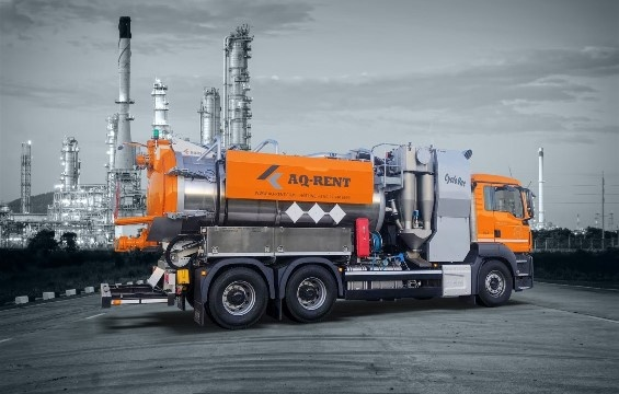 Wet and dry suction truck with cyclone separator